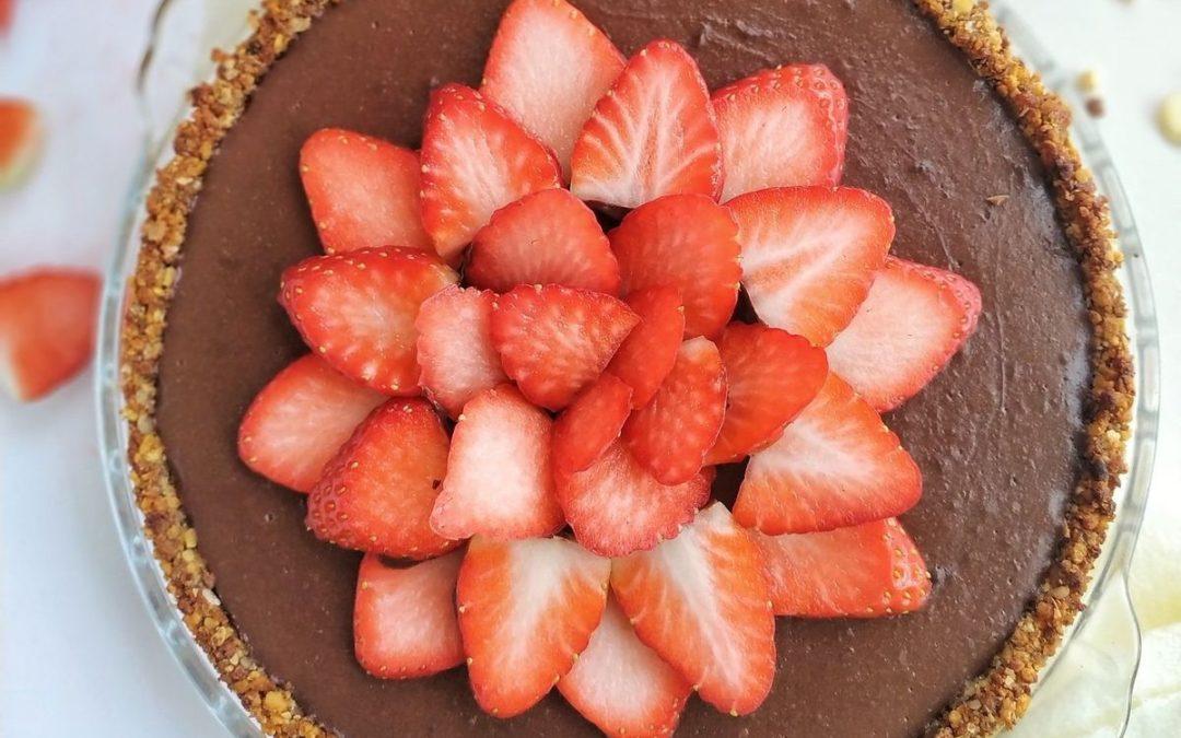 Tarta de crema de chocolate con fresas