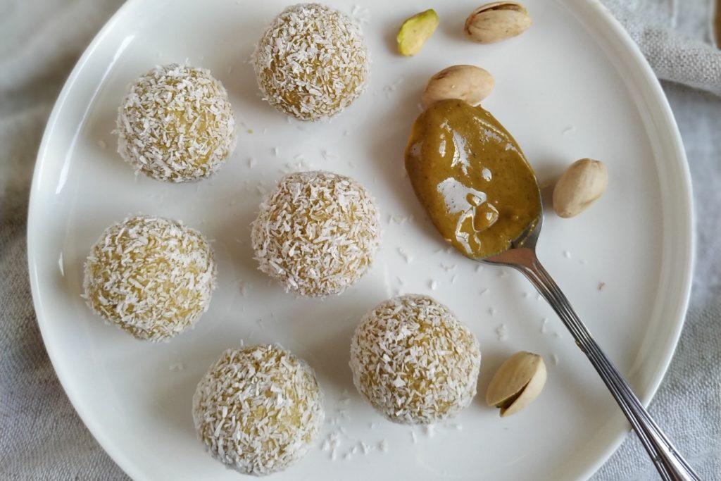 trufas de chocolate blanco con pistachos y coco